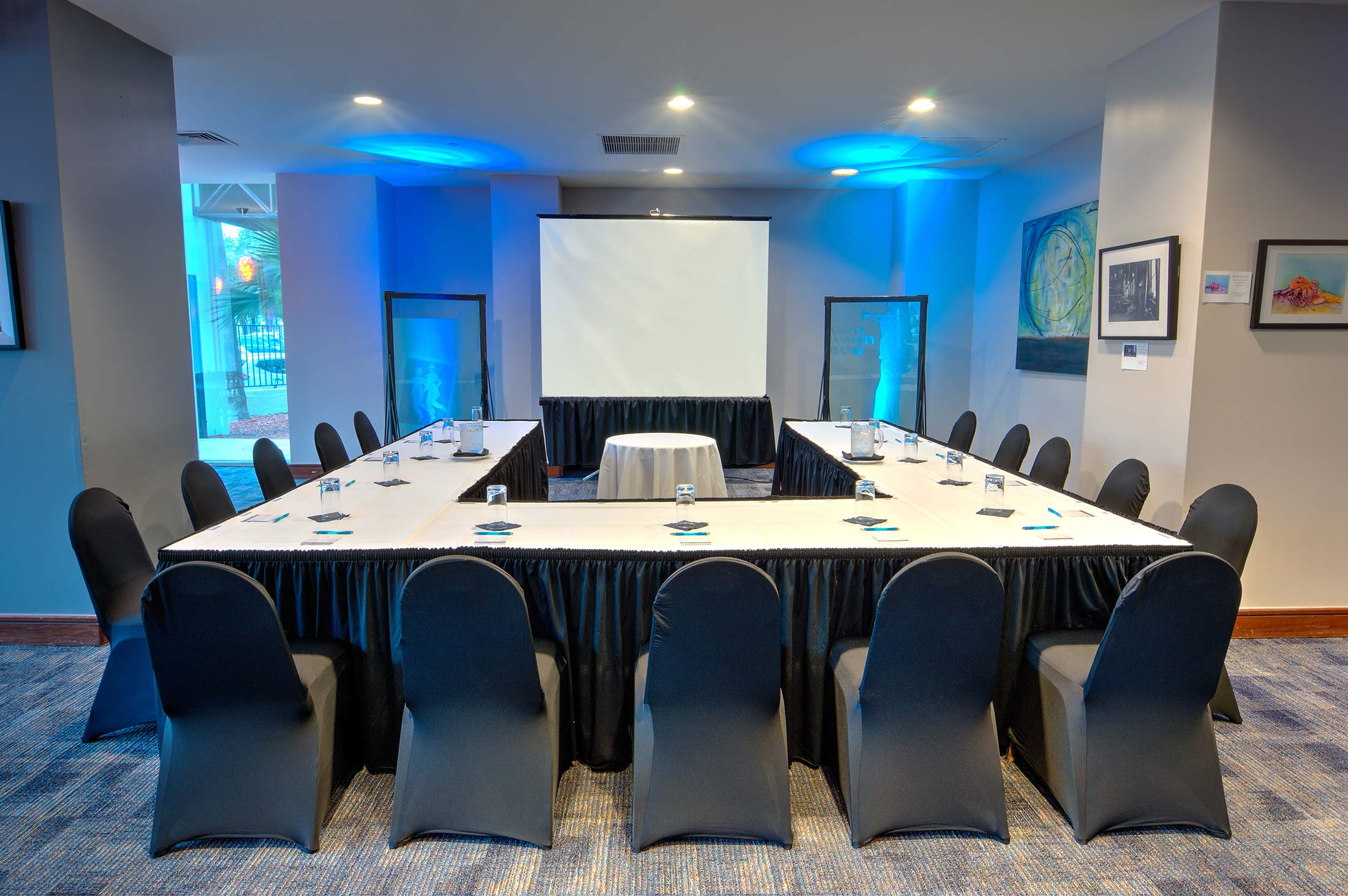 u-shape chair setup for meetings with projector screen